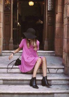 かわいらしいピンクのワンピースを引き立たせるスタイリングですね。足元にサンダルやパンプスで合わせるのではなく、ショートブーツを持ってきた事で、ラブリーすぎずにまとまっています。デートに着ていきたい♡