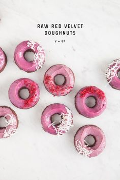 Healthy, Raw Red Velvet Doughnuts with hot pink icing. An entirely plant based recipe free from gluten and refined sugars. Raw Dessert Recipes, Raw Vegan Desserts, Raw Vegan Recipes, Vegan Treats, Vegan Foods, Raw Vegan Cake, Eggless Desserts, Health Desserts, Red Velvet Donuts