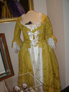 Martha Washington's gown and jewelry worn on the day of her marriage to George Washington. (Mount Vernon Estate and Gardens) Wedding Dress Trends, Wedding Dresses, Full Gown, Types Of Gowns, Traditional Gowns, Vintage Outfits, Vintage Fashion, Bridal Skirts, 18th Century Fashion