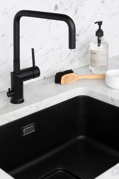 Replace Bathroom Faucet, Brass Bathroom Faucets, Small Marble Kitchens, Black Kitchens, Kitchen Sink Organization, Kitchen Cabinet Design, Real Kitchen, Rustic Kitchen, Kitchens