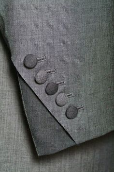puño de saco con botones en diagonal