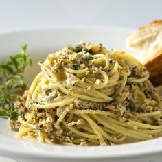 Italian Spaghetti with Clam Sauce--Here's a simple pasta recipe that offers gourmet flavor but is simple to prepare with ingredients you probably already have on hand. Linguine Recipes, Easy Pasta Recipes, Fish Recipes, Seafood Recipes, Gourmet Recipes, Cooking Recipes, Canned Clam Recipes, Gourmet Meals, Top Recipes