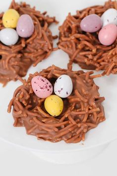 A simple 4 ingredient Chocolate Easter Birds Nests recipe made with Changs fried noodes, melted chocolate, peanut butter and mini Easter eggs. Chocolate Pasta, Easter Chocolate, Delicious Chocolate, Melted Chocolate, Delicious Desserts, Yummy Food, Easter Recipes, Brunch Recipes, Deserts