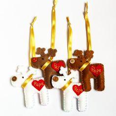 O calendário escolar está chegando ao fim e as tias queridas do Pepe vão ganhar esses enfeites de Natal + bolo em pote de chocolate ❤️ São lembrancinhas simples mas feitas com muito muito carinho, uma forma singela de agradecer àquelas que dedicam amor e cuidado para o meu Pepe.  Hohoho!  #feltro #felt #enfeitedenatal #natal #lembrancinha #presente #rena #tia #escola #feitocomamor #handmade #art #craft #feitoamao #enquantopepedorme  Os Bolos em potes são do @gostosuras ❤️❤️❤️