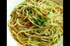 Spaghetti Aglio-olio e Peperoncino ~ a simple yet delicious dish Nutrition Tracker, Proper Nutrition, Healthy Nutrition, Nutrition Classes, Aglio Olio, Olio Recipe, Real Food Recipes, Snack Recipes, Italian Menu