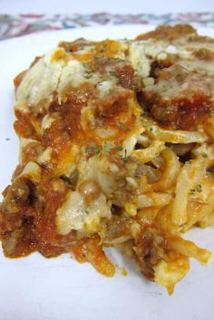 Baked Cream Cheese Spaghetti Casserole - the BEST baked spaghetti recipe! Spaghetti, garlic & cream cheese topped with a meat sauce and cheese. Cream Cheese Pasta, Baked Cream Cheese Spaghetti, Baked Spaghetti, Cream Cheese Recipes, Spaghetti Recipes, Pasta Recipes, Spaghetti Sauce, Cream Cheeses, Dinner Recipes