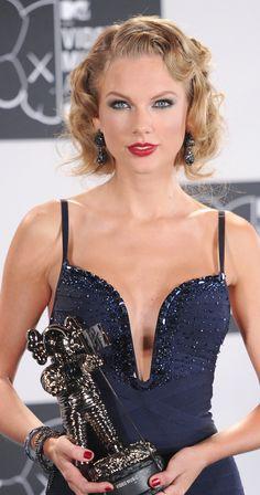www.marianoparisi.com  3) Dopo aver portato i capelli lunghi e con la frangia, Taylor Swift lha scelto il caschetto. Lo porta sia in versione liscia, sia mossa come in questo caso, dimostrando che il bob è anche molto versatile e si può portare in versione rètro.