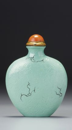 A FINE INCISED PORCELAIN 'SHOU' 'TURQUOISE-IMITATION' SNUFF BOTTLE QING DYNASTY, LATE 18TH / EARLY 19TH CENTURY