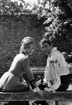 Robert Hossein et Michèle Mercier lors du tournage du film 'Angélique' en 1967, France.