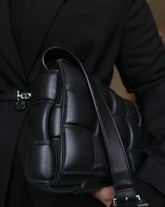"""Katri Ahlman 〰️ Tyylialkemisti on Instagram: """"Tästä Bottega Venetan padded cassette -laukusta on tullut ihan lemppari arkilaukku. 🖤 Yksi syy suosikiksi nousuun on tuo pitkä…"""" Leather Backpack, Backpacks, My Style, How To Wear, Bags, Instagram, Fashion, Handbags, Moda"""