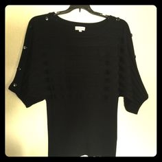 black top with Botton shoulders ❤️ Pre owned in good condition black top with bottons on the shoulders, very cute and stylish with the over sized sleeves. Tops