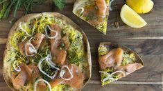 Pizza à la courgette et au saumon fumé sur pita | Ricardo | ICI Radio-Canada.ca Vegetable Pizza, Vegetables, Canada, Food, Cream, Drizzle Cake, Zucchini, Onions, Smoked Salmon