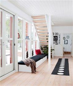 Hall med trappa och sittbänk
