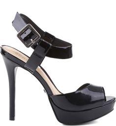 As sandálias de verniz são sedutoras e deixam qualquer visual ultra sexy. Com meia pata frontal, a sandália garante conforto e a pulseira no tornozelo permite um toque de ousadia e fetiche ao seu vis