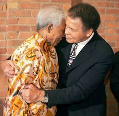 Nelson Mandela with Boxing legend Muhammad Ali at a dinner to mark the anniversary of Mandela's release from prison, May New York City. Nelson Mandela, Mike Tyson, Sports Illustrated, Pink Floyd, Muhammad Ali Quotes, Kentucky, Photo Star, Non Plus Ultra, Most Beautiful People