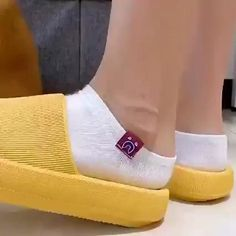 Flip Shoes, Me Too Shoes, Shoes Heels, Teen Fashion Outfits, Retro Outfits, Best Looking Shoes, Diy Clothes And Shoes, Diy Accessoires, Soft Slippers
