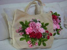 Hi...  I am here updating this blog again...  Finally I completed these two bags this evening...It was so very difficult to sew the green on...