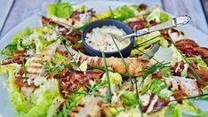 Klassikeren cæsarsalat blir ekstra mettende med grillet kylling og knasende god med sprø bacon.