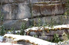Wie konnten 3.000 Tonnen schwere Steine geschnitten, auf einen Berg transportiert und 40 Meter hoch mit extremer Genauigkeit gestapelt werden und das von Menschen ohne moderne Technologie? Die ries…