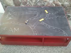 chalk board painted coffee table, imagine if you have small children this could go in a play room! How fun is it!? It's awesome. Love the idea.
