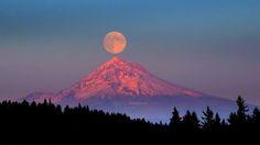 Pleine lune au-dessus du mont Hood, USA. Le mont Hood est un stratovolcan situé dans le nord de l'Oregon âgé de 500 000 ans. Le mont Hood est considéré comme étant potentiellement actif, mais aucune activité n'a été remarquée depuis que l'observation systématique des volcans commença dans les années 1820