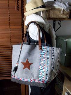 Sac cabas en toile de coton  gris foncé et un peu plus clair  , motif ethnique blanc , bleu et rouge ,  + déco plumes, étoile et anses en cuir , intérieur doublé de coton gris - 16272308