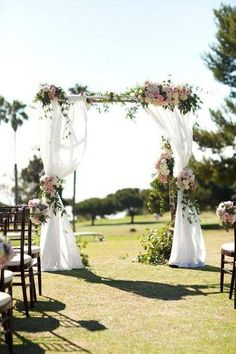 Wedding arch for an unforgettable secular ceremony - 75 decorating ideas The secular wedding ceremony has its magic moments full of emotions that leave unforgettable memories. To pronounce one's vows under a wedding arch is. Wedding Altars, Wedding Ceremony Backdrop, Wedding Table, Outdoor Ceremony, Wedding Bouquets, Wedding Flowers, Traditional Wedding Decor, Wedding Venue Decorations, Backdrop Decorations