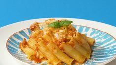 Czasem kiedy ma się gości, chce się przygotować super dobre danie, które przy okazji ładnie wygląda. Zapiekanka makaronowa spełnia pierwszy warunek, ale gorzej z tym drugim. Na ratunek w takich sytuacjach przychodzi nasz przepis.    Składniki: 150g makaronu rigatoni (grube, krótkie rurki) 1 szklanka sosu pomidorowego 200g mozzarelli 50g tartego parmezanu 1 łyżka oliwy  świeża bazylia  Dodatkowo: 2 duże filiżanki  Makaron ugotuj według przepisu na opakowaniu i odcedź. Mozzarellę pokrój w… Rigatoni, Mozzarella, Pineapple, Meat, Chicken, Fruit, Recipes, Food, Pine Apple
