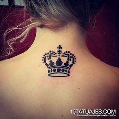 Tatuagem de Coroa   Nuca Preto e Cinza Feminina: