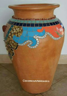 Jarro mosaico Mosaic Flower Pots, Painted Flower Pots, Mosaic Garden, Ceramic Flowers, Mosaic Art, Mosaic Glass, Garden Art, Mosaic Bottles, Jar Art
