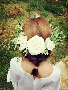 Las #niñas resultan especialmente cautivadoras con #flores #naturales en el pelo con tocados de estilo #bohemio. Dan un aire muy chic y favorecedor que siempre está de moda. Hay muchos tipos accesorios para el pelo entre los que puedes escoger, #diademas, herraduras, #tocados de rafia, #coronas y maxi coronas, eso sí, siempre con flores naturales frescas!!!