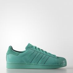 Das legendäre Design des Adidas Superstar Sneakers gibt es jetzt in satten Farben. Dieses Modell kommt außerdem mit einer reflektierenden Beschichtung auf dem Mesh-Obermaterial und sorgt so für einen glänzenden, auffälligen Look. Für ein rundum stylishes Auftreten sind die Schnürsenkel und die Gummi-Cupsohle im gleichen Farbton gehalten.