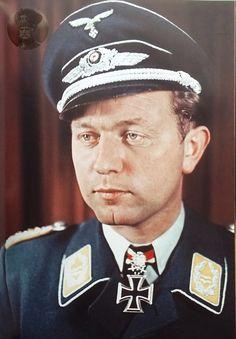 ■ Walter Oesau (1913-1944) - Oberst - RKES Jagdgeschwader 3 - Fuente: Eichenlaubträger 1940-1945, Zeitgeschichte in Farbe II,  Fritjof Schaulen; pág. 131