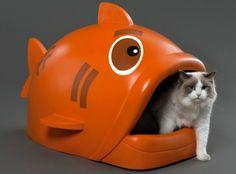 Une niche/litière poisson (design) pour chat, plutôt spécial comme élément de décoration.