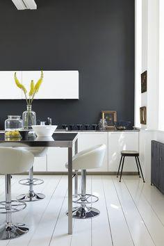 armoires de cuisine blanches, murs anthracites et accents aunes