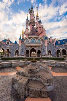 Sleeping Beauty's Castle in Disneyland of Paris, France. I've been to Paris, but never to Disneyland Paris. Disney Worlds, Disney Land, Disneyland Paris Plan, Disneyland Paris Attractions, Disneyland Paris Christmas, Paris Travel, France Travel, Plan Paris, Disney Tourist Blog