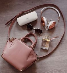 lilylikecom: Wanna know what's in my bag (+ if I think this designer bag beauty is worth the price)? Check out my newest video + blogpost ✨