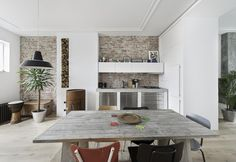 Un appartamento in un edificio storico arredato con pezzi vintage e mobili su misura a L'Aia.