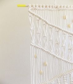 DIY | MACRAME WALL HANGING (apairandaspare) | DIY 2: http://blog.freepeople.com/2013/06/macrame-create-wall-hanging-2/