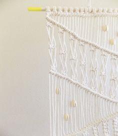 DIY | MACRAME WALL HANGING (apairandaspare) | DIY 2: http://blog.freepeople.com/2013/06/macrame-create-wall-hanging-2/
