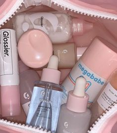 Make Up Kits, Best Glossier Products, Best Makeup Products, Beauty Products, Beauty Secrets, Glossy Makeup, Skin Makeup, Mask Makeup, Makeup Bags