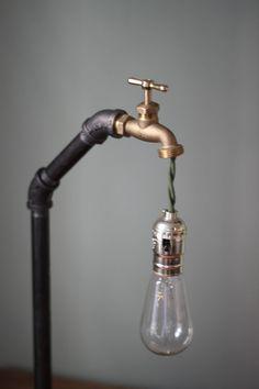 Industriële lamp met een vleugje vintage stijl aan het koord van de groene doek wordt gebruikt voor de elektrische. Ik gebruikte 1/2 zwarte pijp en een messing hoofd. Ideaal voor een bureau of beeldscherm tabel in een retail-winkel. Laat het me weten als u vragen hebt. Gratis verzending