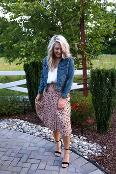 Clothing Wie man einen Plissee-Leoparden-Midirock stylt - Chasing Chelsea What To Look For When Choo Modest Fashion, Skirt Fashion, Fashion Outfits, Curvy Fashion, Fashion Tips, Fashion Trends, Chelsea, Teaching Outfits, Leopard Skirt