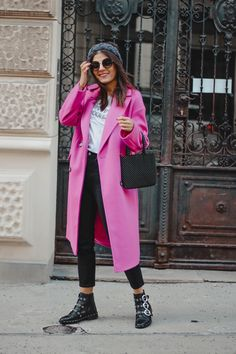 Neon Pink Coat - Neon Trend Streetstyle - Fashionnes New York Outfits, Outfits Otoño, Fashion Outfits, Fasion, Women's Fashion, Pink Winter Coat, Winter Coat Outfits, Rosa Pullover Outfit, Pink Sweater Outfit