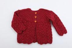 Strik denne fine trøje til pigerne i familien. Trøjen er designet i et elegant look, som passer til enhver lille sød