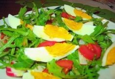 Rukkolasaláta tojással recept képpel. Hozzávalók és az elkészítés részletes leírása. A rukkolasaláta tojással elkészítési ideje: 25 perc Feta, Salads, Sandwiches, Food And Drink, Eggs, Mint, Baking, Breakfast, Recipes