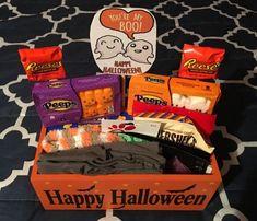 Diy Halloween Gifts, Dulces Halloween, Halloween Gift Baskets, Halloween Boo, Halloween Candy, Happy Halloween, Fall Gift Baskets, Holiday Baskets, Halloween Inspo