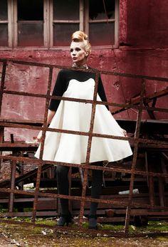 In jersey di lana nero per la parte sopra e bianco panna sotto. f01218e1276