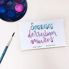 Derrubam mesmo!  Frase do @jonasgabrieloficial  _ #sorrisos #sorrisosempre #sorrisosderrubammuros #amorderabisco #rabisco #aquarela #muros #art Bullet Journal, Lettering, Instagram, Art, Scribble, Words, Love Phrases, Ideas, Pen And Wash