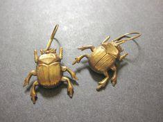 Scarabée boucles d'oreilles... *** quantité disponible limitée! *** coléoptères! J'ai ces estampes en scarabée en laiton patine suspendu à des attaches en laiton vieilli à la main. Ces boucles d'oreilles sont AWESOME! Les insectes sont très légers! Idéal pour Halloween, trop!  Coléoptères - 1 pouce de long  Vous recevrez ces emballage cadeau boucles d'oreilles insectes spooky!  La patine peut varier sur les coléoptères ***  Voir les boucles doreilles plus insolites ici ! https:/&#...